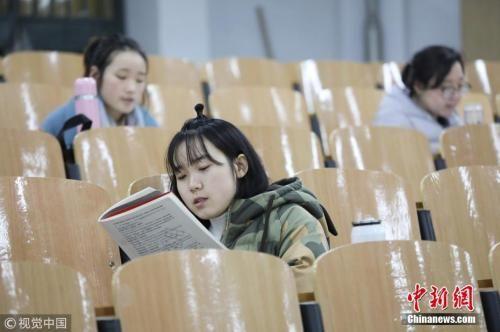 资料图:正在备考的女生。 图片来源:视觉中国