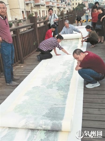 周文虎展示长卷引来市民驻足观赏