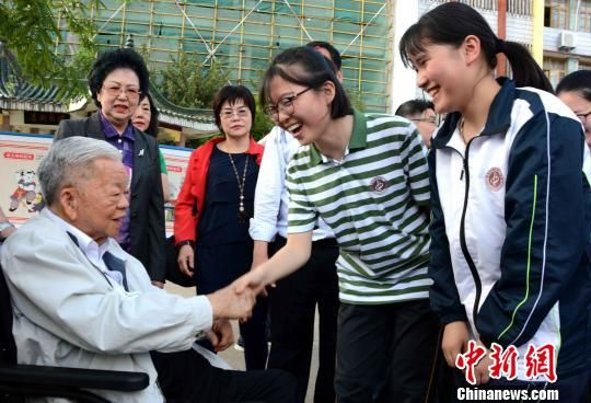"""漳平一中的学生争相与陈大江握手,""""欢迎大江爷爷回来""""。 张金川 摄"""