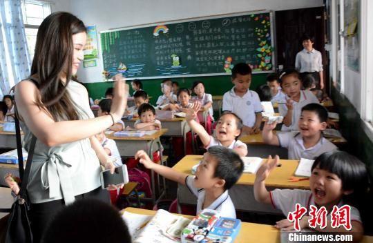 陈大江的孙女陈姵文与新民小学同学们互动。 张金川 摄
