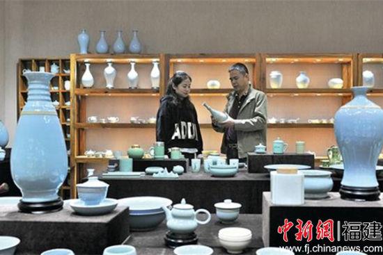 林心如(右)向客户介绍汝瓷作品