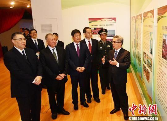 澳门特区政府保安司司长黄少泽(右一)为主礼嘉宾讲解展览内容。 资料图 摄