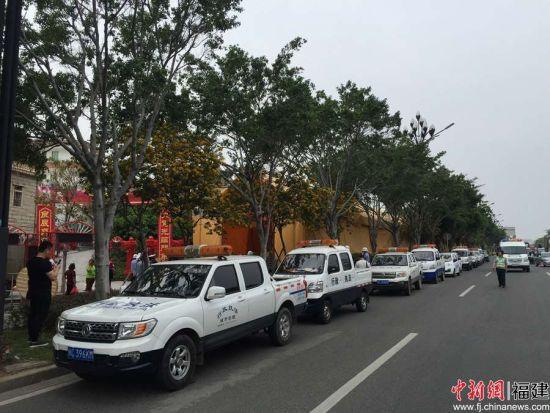 晋江市行政执法局对占道搭棚现象进行查处。 洪振华 摄。