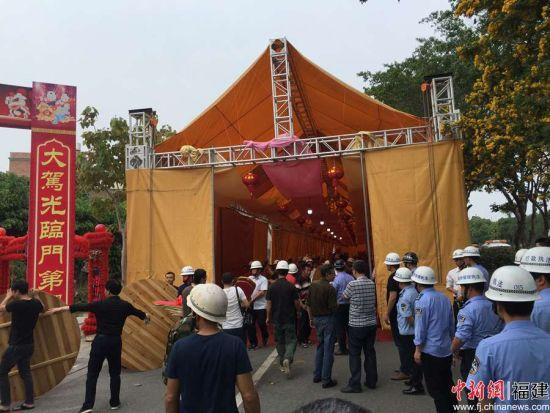 严管占道搭棚,图为晋江市行政执法局强制拆除占道大棚及搬移棚内设施 洪振华 摄。