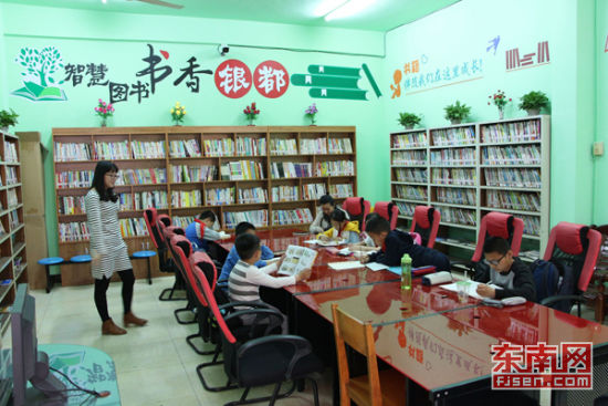 厦门海沧银都花园业委会自发组建的小区书苑里,孩子们正在安心读书。记者 刘玮 摄