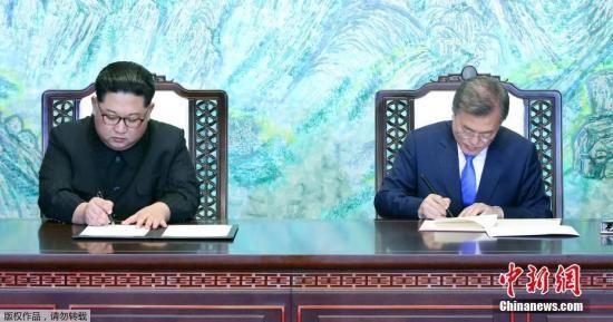 当地时间4月27日,韩朝首脑会晤在板门店举行,文在寅和金正恩跨越军事分界线实现历史性握手。双方领导人在经过一天会谈后,共同签署了《板门店宣言》,双方确认争取年内宣布结束战争状态,实现停和机制转换。图为签署仪式现场。