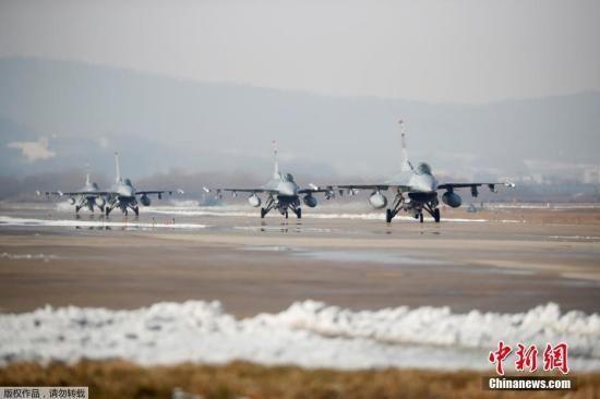 """资料图:韩美年度大规模联合空中演习""""警戒王牌""""(Vigilant Ace)。图为F16战机在跑道上。"""