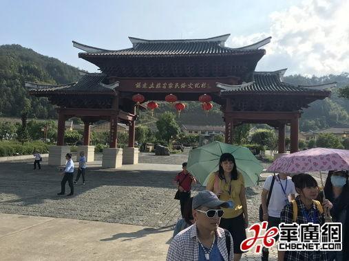 台湾媒体记者们走访永定洪坑土楼。(孟斌 摄)