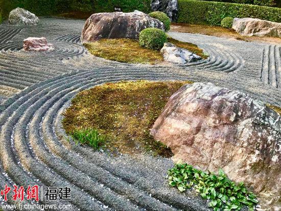 """狩野元信营建的京都妙心寺退蔵院枯山水庭园的""""元信之庭"""",以景石组合及剪枝来表现立体,并用白砂绘曲线作水,极具威尼斯人棋牌游戏平台水墨画画风。"""