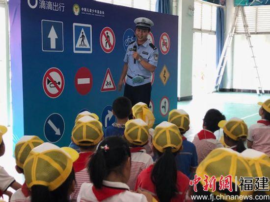 交警向小朋友介绍交通标志。