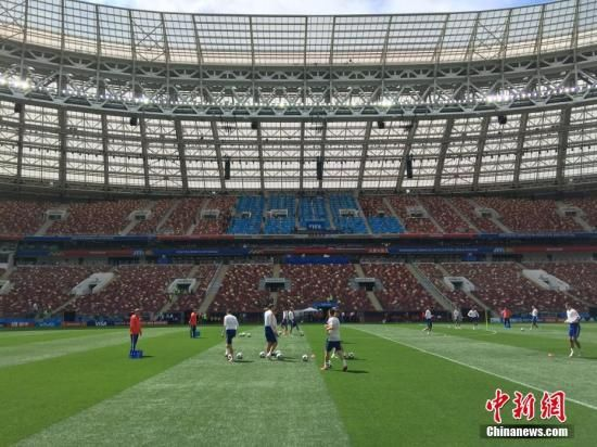 资料图:当地时间6月13日,记者进入莫斯科卢日尼基体育场内部,2018年俄罗斯世界杯揭幕战将在这里打响。图为俄罗斯队在场内训练。中新社记者 富田 摄