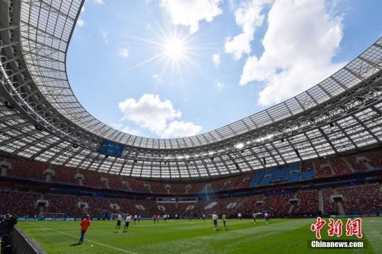 当地时间6月13日中午,俄罗斯足球队在莫斯科卢日尼基体育场进行热身训练,备战世界杯足球赛揭幕战。中新社记者 毛建军 摄