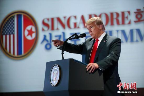 资料图:6月12日下午,美国总统特朗普在新加坡圣淘沙岛上的嘉佩乐酒店举行记者会。中新社记者 刘震 摄