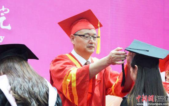 图为宁德师范学院党委书记夏良玉为毕业生拨穗。