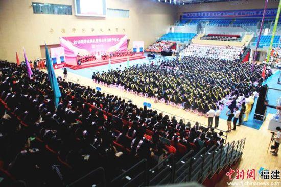 图为毕业典礼现场。
