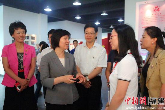 全国人大常委会副委员长、全国妇联主席沈跃跃(左二)在福建泉州调研。