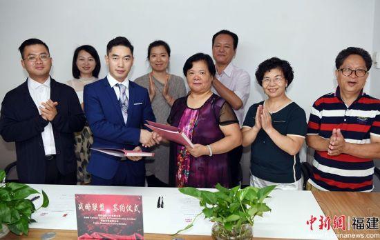 """""""圣雨文化""""董事长余小波(前排左二)和福建省商业联合会会长黄秀茹(前排左三)签署战略联盟合作协议。"""