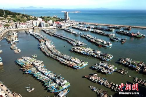 澳门威尼斯人网上赌场省连江县黄岐镇大批渔船回港避风。 王东明 摄