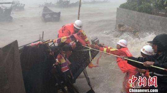 连江县筱埕消防中队的7名官兵冒着14级的风力将一名被困渔民成功转移上岸。随后,他们又救出困在距离岸边100多米处的另一艘渔船上的两名渔民。 阮旭宁 摄