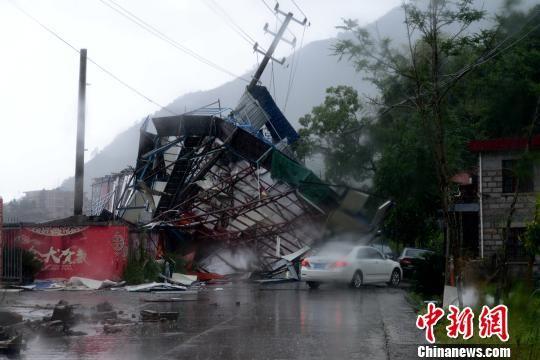 位于宁德市梅田大队塘田村的一家冷冻厂移动铁皮厂房被台风挤压扭曲。 王东明 摄