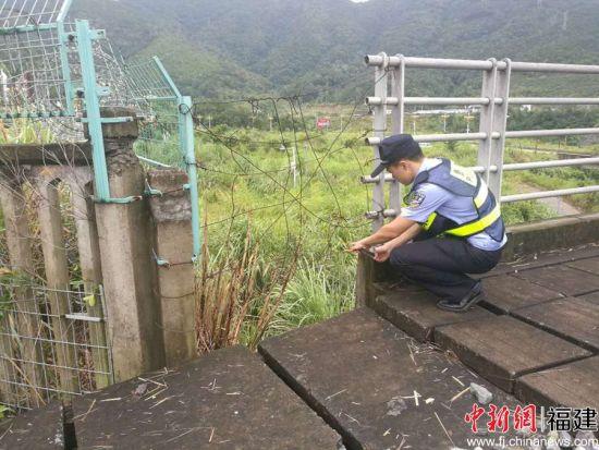 图为民警线路巡查,确保线路安全。 程曦 摄