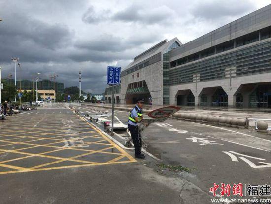 图为民警检查发现宁德站受损设施并进行清理。 程曦 摄