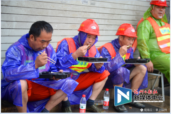 水务公司职工在抗灾现场就餐。(澳门真人博彩娱乐官网晚报记者 叶诚 供图)