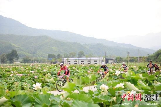 环绕花海骑行,福建建宁将举行国际自行车公开赛。