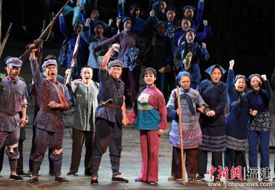 原创民族歌剧《松毛岭之恋》在福州上演。
