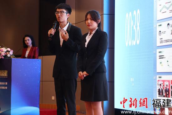 全域乡村旅游项目负责人刘宇(中)、陈妙芬(右)回答评委提问。吴林 摄