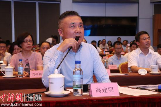 评委高建明向选手提问。吴林 摄