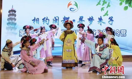 台湾高雄市立三民中心的学生在表演节目 。 王彦 摄