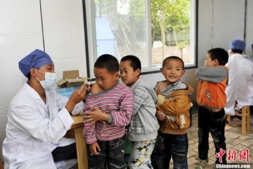 资料图:儿童正在接种疫苗。中新社发 安源 摄