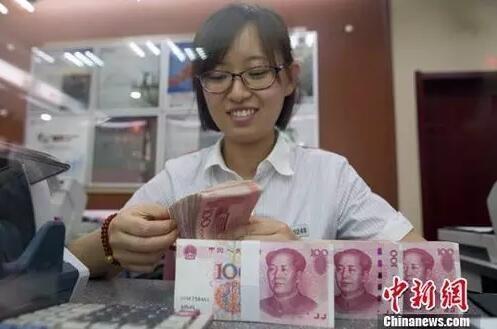 资料图:山西太原一银行工作人员正在清点货币。中新社记者 张云 摄