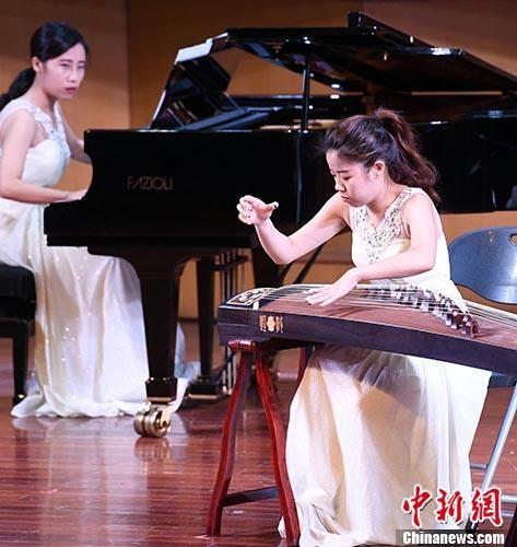 图为台湾青年筝乐艺术传承人林羽菲(右)在两岸青年古筝音乐会上演奏《苍歌引》。 中新社记者 刘可耕 摄