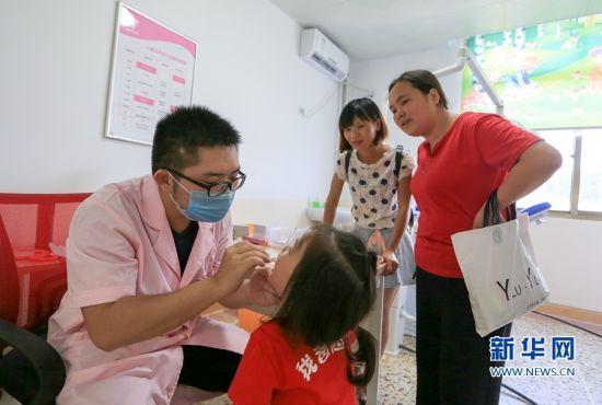 武平县妇幼保健院儿科楼层,市民带着孩子前来就诊。新华网 肖和勇 摄