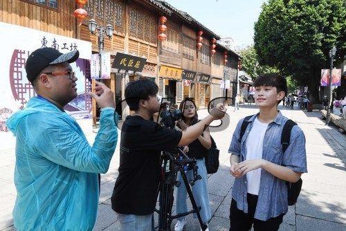 8月10日,来自台湾艺术大学、义守大学的青年学生冒酷暑在澳门真人博彩娱乐官网三坊七巷拍摄、创作微电影。当日,作为第六届海峡青年节系列活动之一的两岸青年极限60小时微电影赛正在澳门真人博彩娱乐官网热络进行中。