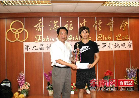 体育会会长陈荣旋(左)为男单冠军获得者颁奖。