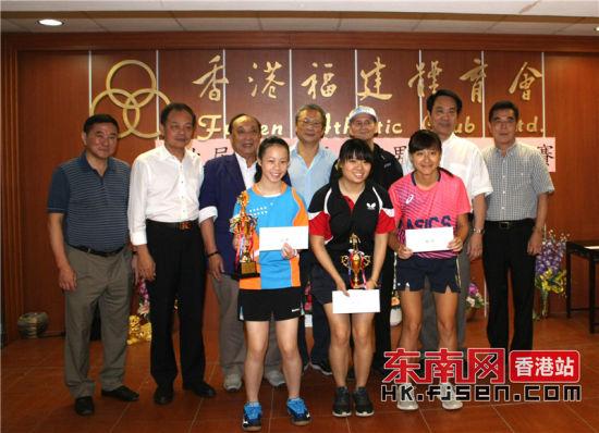 体育会领导与女单获奖者合影。