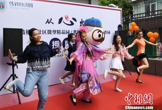 传初幼儿园师生欢乐的快闪表演。 记者刘可耕 摄
