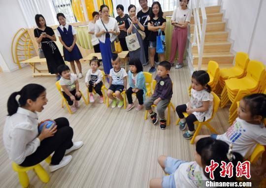 澳门真人博彩娱乐官网市鼓楼区温泉街道传初幼儿园一名老师正为小朋友们上课。 记者刘可耕 摄