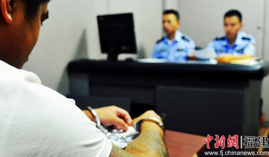 图为犯罪嫌疑人正在接受审讯。市局 供图