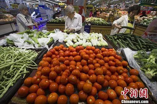 资料图:民众正在超市选购蔬菜。 中新社记者 张云 摄