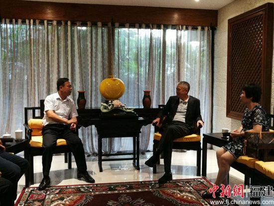 湄洲妈祖祖庙董事会董事长林金赞(左)与侨领许明良先生(右)座谈交流。