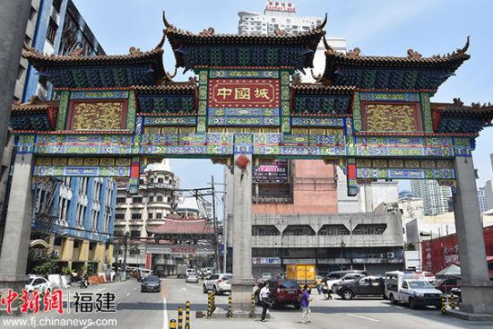 """中国城的入口计划立""""妈祖巡安菲律宾""""的纪念碑。"""
