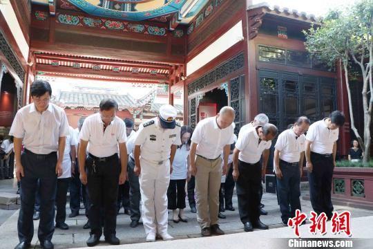 参加活动的各界人士代表向甲申、甲午海战忠勇将士行鞠躬礼。 王彦 摄