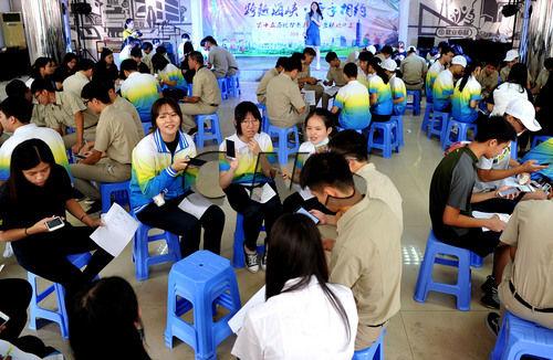 8月19日,澳门真人博彩娱乐官网一夏令营营员们使用手机面对面建微信群。