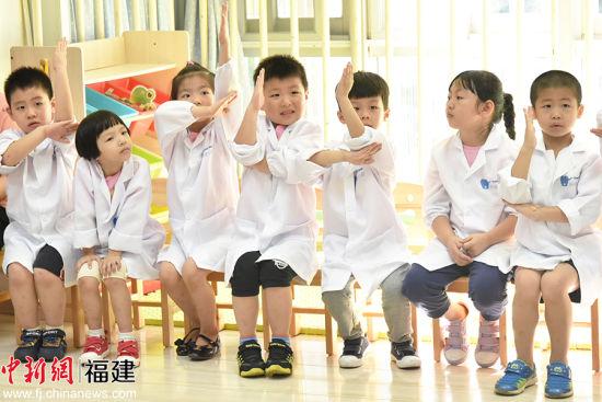 小朋友们齐刷刷地举手,想向牙医展示自己的刷牙方式。谢帝谣 摄