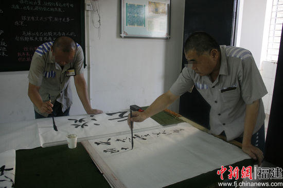 澳门正规赌博网站大全某监狱内,服刑人员进行书画比赛。通讯员 供图