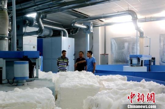 长汀经纬集团高端纺织技术创新生产态势喜人。 邱冰花 摄